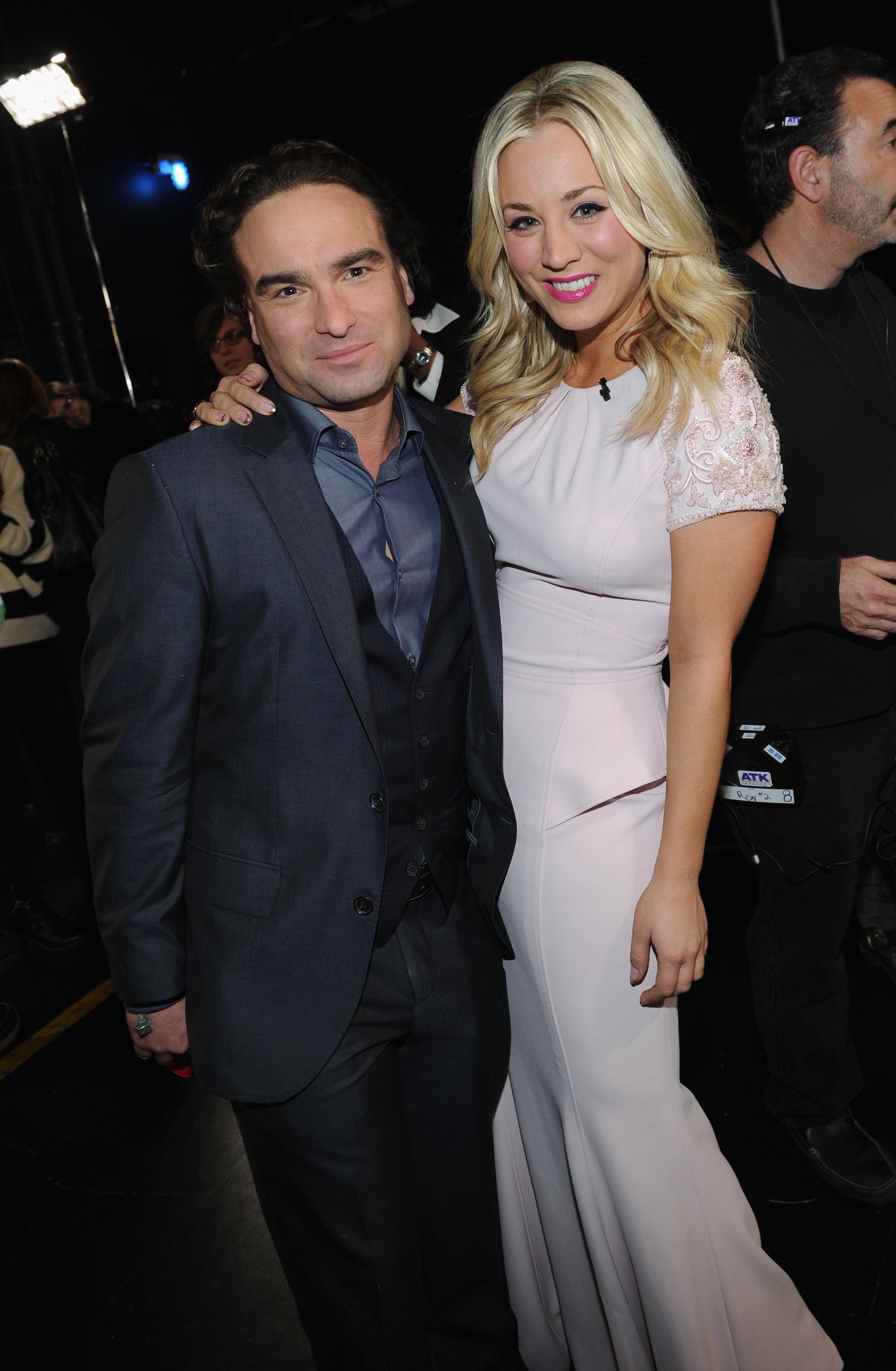 """Quase ninguém sabia que os astros de 'The Big Bang Theory' namoravam até o rompimento – e eles não têm nada a dizer além de boas coisas sobre o outro. Galecki contou ao CBS Watch em 2013: """"Nós ainda somos amigos queridos. Kaley não é apenas uma ex, ela é parte da minha vida"""". Cuoco, por sua vez, comentou sobre a separação: """"A gente sabia que não iríamos ficar juntos. Nós aceitamos e dissemos 'se algum dia terminarmos, que seja de uma maneira profissional'. Tenho sorte que foi um término natural e que não nos odiamos"""". (Foto: Getty Images)"""