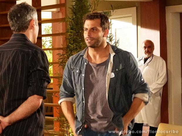 Arruda chega perto do quarto de Samuel e passa desapercebido por Cassiano (Foto: Flor do Caribe / TV Globo)