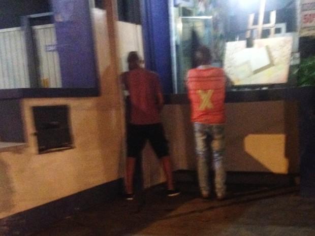 Foliões urinam em garagem de lojas da Vila Madalena durante o carnaval (Foto: Glauco Araújo/G1)