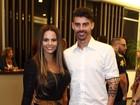 Viviane Araújo usa calça supercolada com o noivo, Radamés, em show