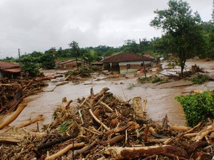 Itaóca ficou inundada após as chuvas deste domingo (Foto: Gilmar dos Santos Araujo/VC no G1)
