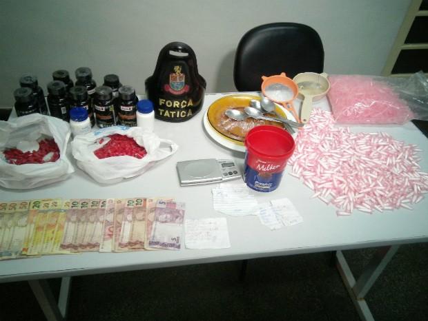 Quadrilha foi detida com drogas prontas para venda e material para embalar entorpecente. (Foto: Jorge Silva/Gazeta de Votorantim)