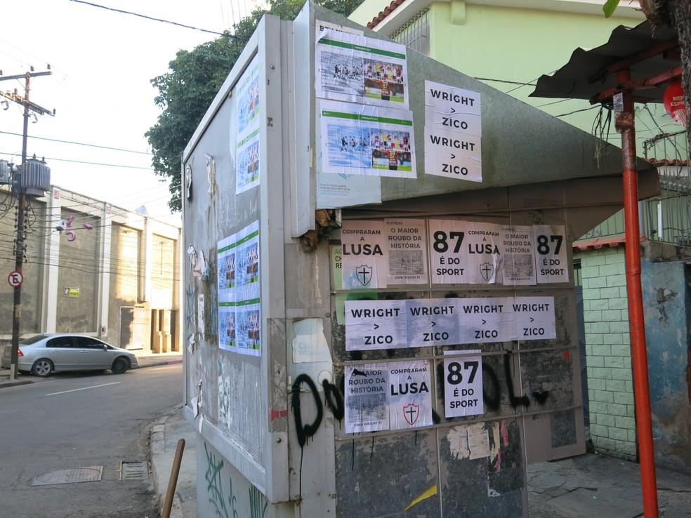 Cartazes colocando em banca perto da entrada de visitantes de São Januário (Foto: Edgard Maciel de Sá)