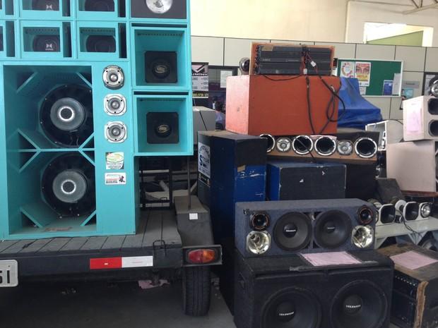 Paredões de som apreendidos na sede da Seuma (Foto: Seuma/Divulgação)