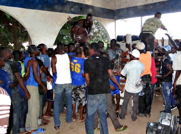 Haitianos fazem fila para pegar os alimentos. (Foto: Nonato Souza/ Ascom SESP)