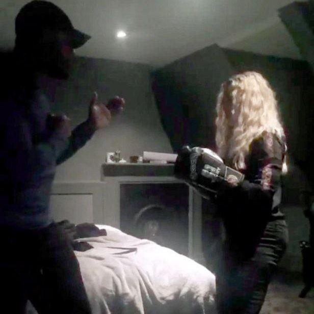 Em outro snap, Madonna brinca de boxe com Idris Elba (Foto: Reproduo/Snapchat)