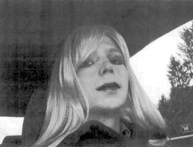 Bradley Manning vestido de mulher em foto não datada (Foto: AP)