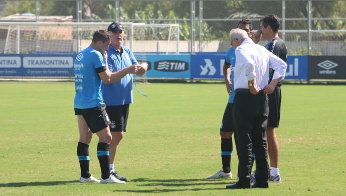 Cristian Cebolla Rodríguez conversa com Felipão no treino do Grêmio (Foto: Eduardo Moura/GloboEsporte.com)