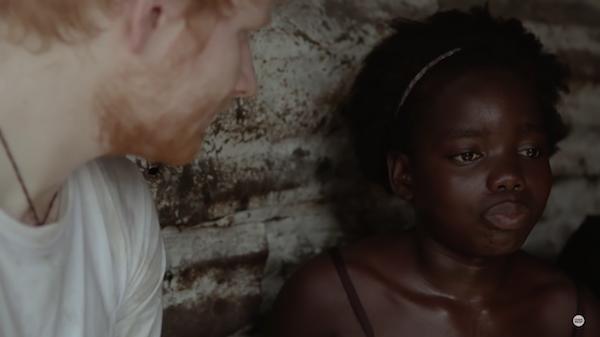 O cantor Ed Sheeran com uma criança na Libéria (Foto: Reprodução)