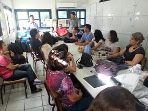 Vice-presidente do Sindicato Apeoc conversa com professores (Foto: Divulgação/Sindicato Apeoc)