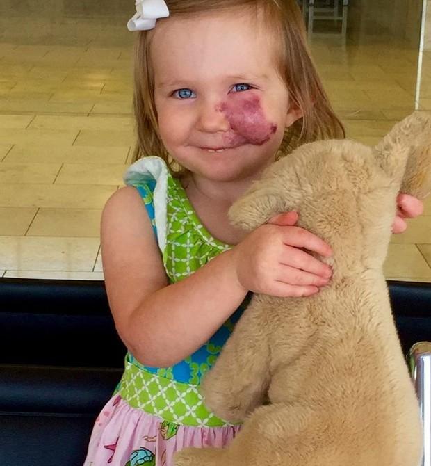 Lydia com seu ursinho (Foto: Reprodução - Facebook)