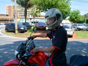 Andar de motocicleta está entre as paixões do dentista aposentado Seji Oura (Foto: Fernando Pacífico / G1)