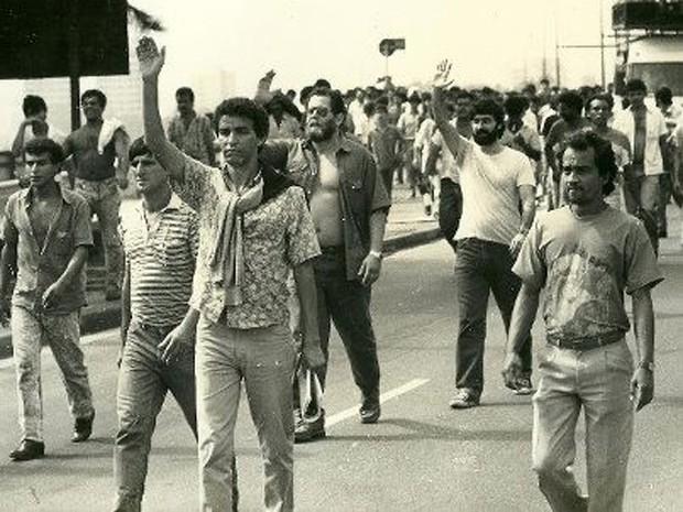 Mauro Iasi, de camisa branca, ao fundo, durante manifestação de metalúrgicos do ABC no final dos anos 1980 (Foto: Divulgação)