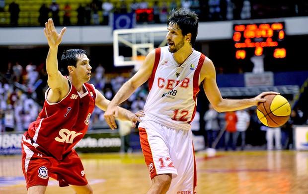 Giovannoni e Figueroa na partida de basquete entre Brasília e Pinheiros (Foto: Brito Junior / Divulgação)