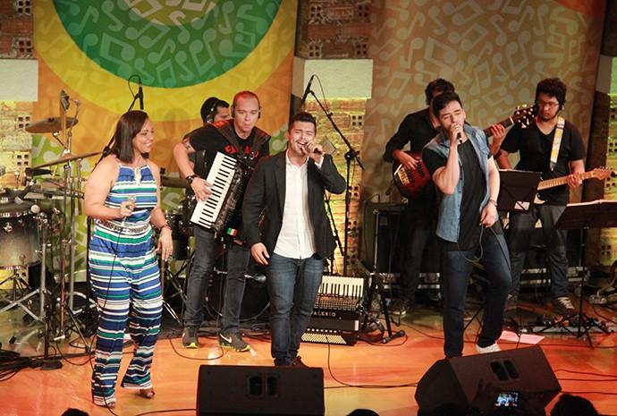 Fátima Silva e João Victor & Rodrigo colocam todo mundo para dançar (Foto: Katiúscia Monteiro/ Rede Amazônica)