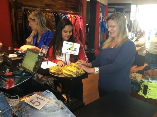 Loja de roupa ofereceu banana em campanha contra o racismo (Foto: Bruna Pinheiro / arquivo pessoal)