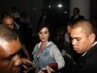 Katy Perry atende fãs na porta de hotel no Rio