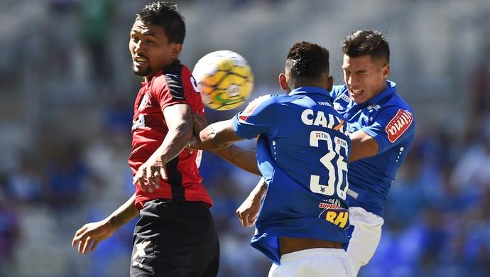 Lucas Romero em lance de Cruzeiro x Vitória, no Mineirão (Foto: Washington Alves / Lightpress)