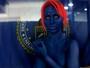 Ju Isen se fantasia como Mística, de X-Men, para visitar exposição temática