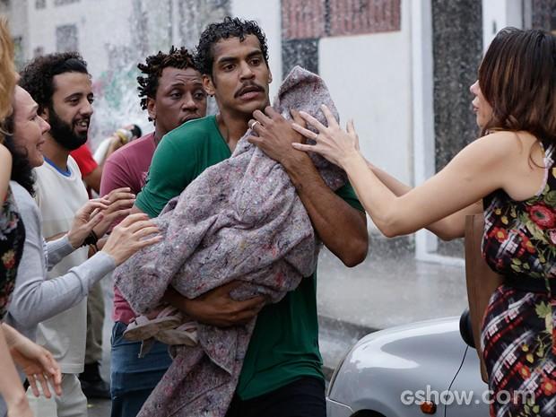 Jairo salva Bia de incêndio (Foto: Fábio Rocha/TV Globo)