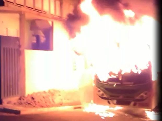 Ônibus é incendiado por suspeitos no bairro Belo Horizonte, em Itajubá, MG (Foto: Polícia Militar)