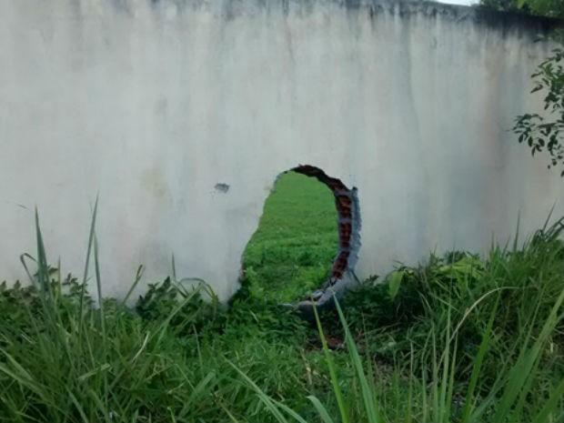 Antes mesmo da inauguração, escola teve muro arrombado (Foto: Jorge Pereira / Una News)