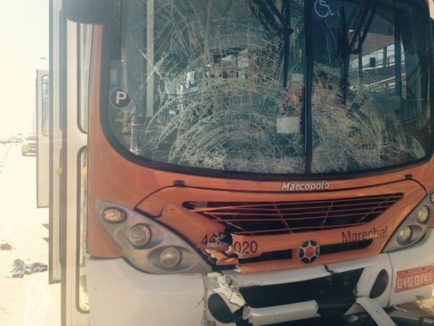 Parabrisa de ônibus que se envolveu em acidente com moto na EPTG, em Brasília (Foto: Corpo de Bombeiros DF/Divulgação)