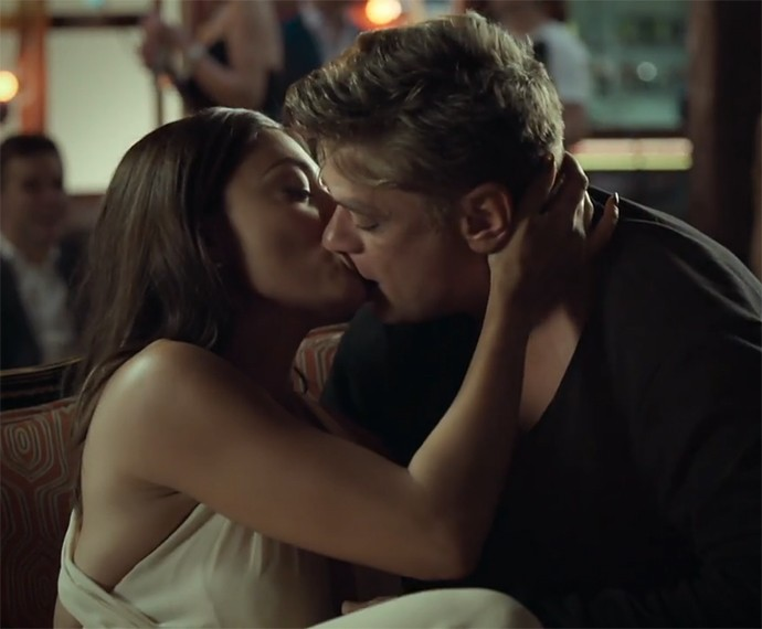 Juliana Paes e Fábio Assunção também dão beijaço na pele de Carolina e Arthur (Foto: TV Globo)