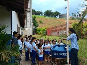 Crianças conhecem cisterna em escola (Foto: Natália Pellicciaro/Divulgação Bragança Paulista)