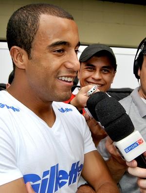 Lucas nos boxes do GP do Brasil (Foto: João Gabriel / Globoesporte.com)