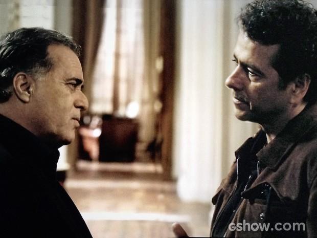 Braga (Tony Ramos) e delegado Pedroso(Marcos Palmeira) em cena de O Rebu  (Foto: Reprodução/ O Rebu)
