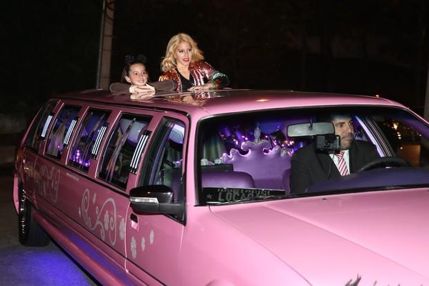 Clara e Maria, filhas de Rodrigo Faro e Vera Viel, chegam de limousine a festa de aniversário (Foto: Manuela Scarpa/Brazil News)