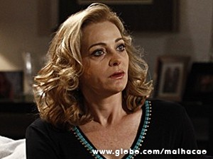Maura está sempre armando para os vizinhos (Foto: Malhação / TV Globo)
