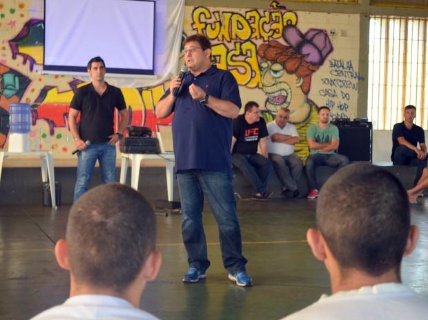 Técnico da Ponte Preta, Guto Ferreira, dá palestra para internos da Fundação Casa em Piracicaba (Foto: Claudia Assencio/G1)