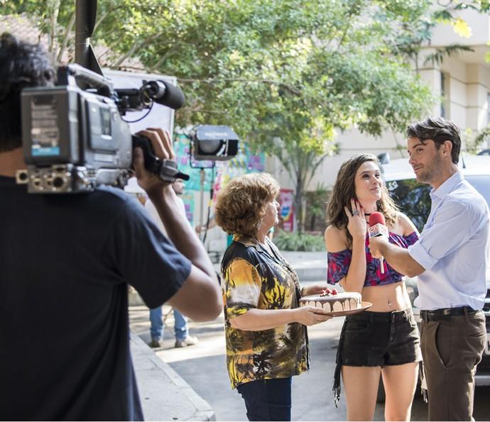 Kayky Brito grava ao lado de Juliana Paiva na pele de um repórter (Foto: TV Globo/Caiuá Franco)