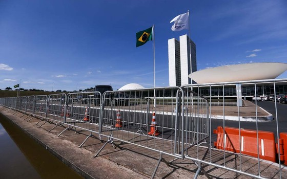 Muro e grades vão separar manifestantes pró e contra o impeachment no gramado da Esplanada dos Ministérios durante votação no Senado, nesta quarta-feira (11) (Foto: Marcelo Camargo/Agência Brasil)