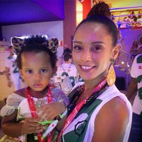 Filha de Taís Araújo usa look fofo em camarote em Salvador (Foto: Reprodução/Instagram)