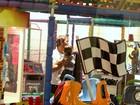 Marcelo Faria brinca com a filha em parque
