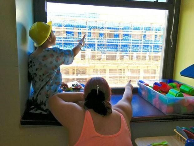 Crianças se divertem procurando Wally na construção ao lado (Foto: Reprodução/Facebook)