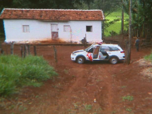Policiais encontraram marcas de sangue na casa onde mora o sitiante em Batatais, SP (Foto: Paulo Souza/EPTV)