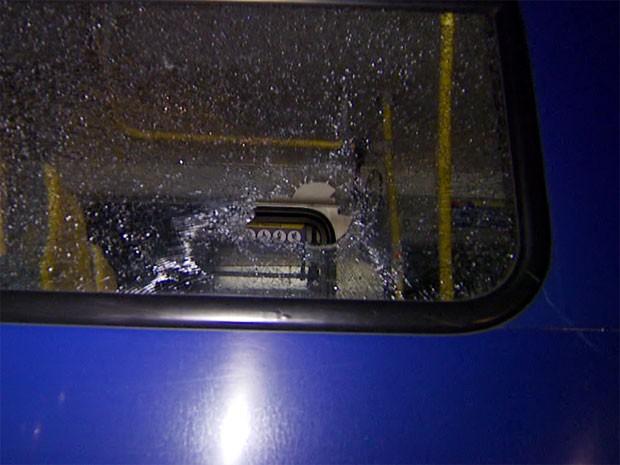 Janela do ônibus foi atingida durante o ataque de vândalos em rodovia de Campinas (Foto: Reprodução/ EPTV)