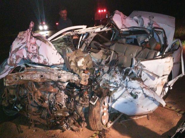 Carro da motorista ficou completamente destruído. Ouroeste (Foto: Colaboração/VotuNews)