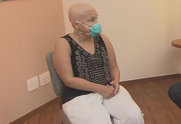 """Claudia Rodrigues raspa o cabelo e fala sobre transplante: """"Entreguei pra Deus"""""""