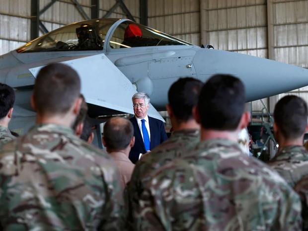 O ministro britânico da Defesa, Michael Fallon, fala a soldados da Força Aérea Real Britânica em frente a um caça Typhoon, durante visita a base militar no Chipre, no sábado (5) (Foto: Reuters/Darren Staples)