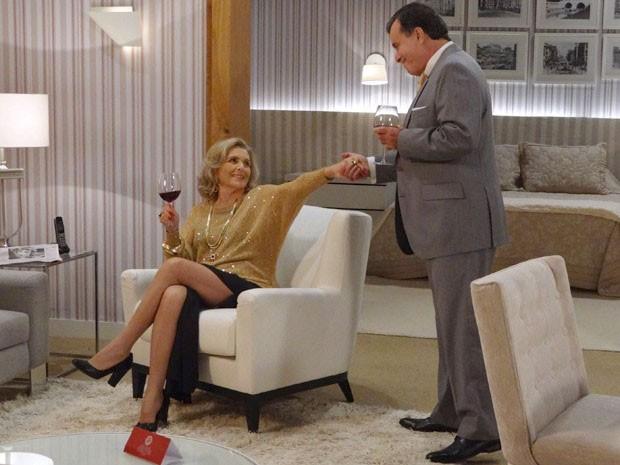 Charlô joga charme para cima de Dominguinhos (Foto: Guerra dos Sexos / TV Globo)