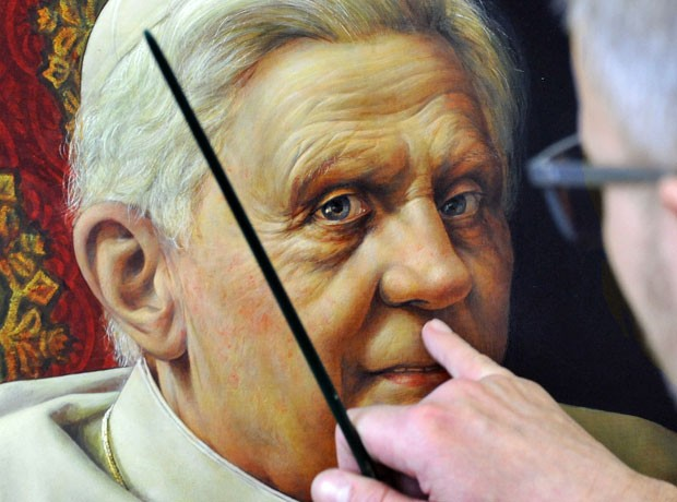 Triegel trabalha na finalização de seu segundo retrato do Papa Bento XVI, de um metro de altura e 72 cm de largura, sob encomenda para a embaixada alemã em Roma. O retrato será emprestado no aniversário do Papa, em 16 de abril  (Foto: AP)