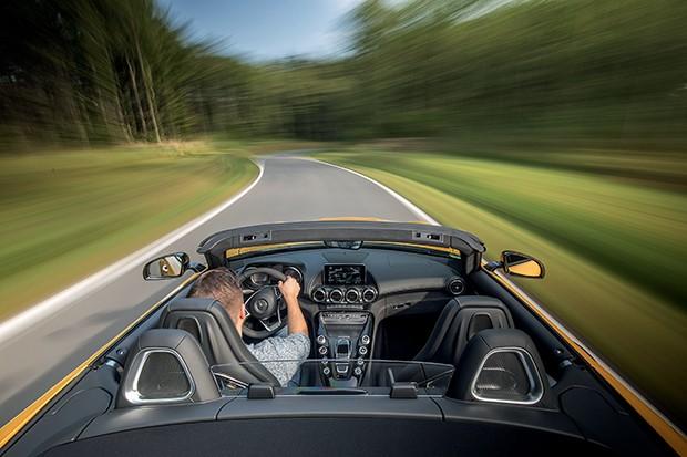 MERCEDES-AMG GT C Roadster, AMG solarbeam, Leder Exklusiv Nappa/Mikrofaser DINAMICA schwarz, Kraftstoffverbrauch kombiniert 11,4 l/100 km, CO2-Emissionen kombiniert 259 g/km // MERCEDES-AMG GT C Roadster, AMG solarbeam, Exclusive Nappa leather/DINAMICA mi (Foto: Divulgação)
