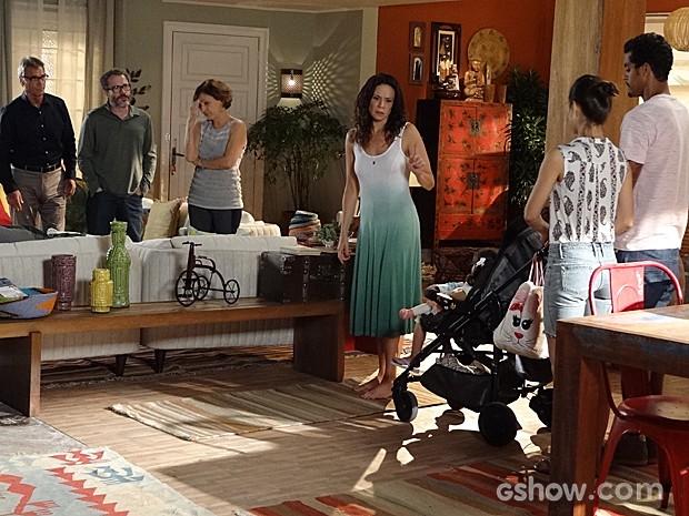 Juliana pensa em pegar Bia e sumir pelo mundo (Foto: Em Família/TV Globo)
