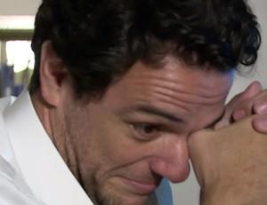Rodrigo Lombardi se emociona com depoimentos de colegas (Foto: Reprodução)