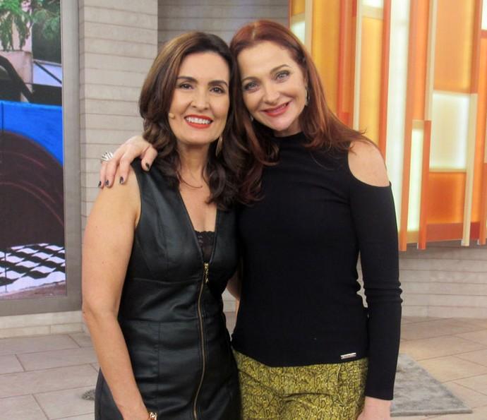 Fátima com a atriz Alexandra Richter nos bastidores do 'Encontro' (Foto: Juliana Hippert/Gshow)